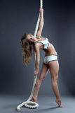 Het schitterende jonge model stellende hangen op kabel Stock Foto's