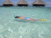 Het schitterende meisje snorkelen Royalty-vrije Stock Afbeeldingen