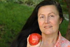 Het schitterende oudere vrouw eten Royalty-vrije Stock Afbeelding