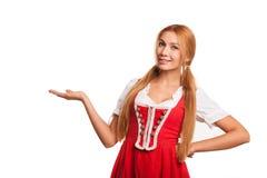 Het schitterende sexy rode haired Beierse vrouw glimlachen stock afbeeldingen