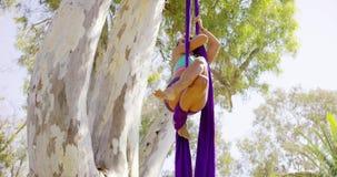 Het schitterende sportieve lenige jonge vrouw uitwerken stock videobeelden