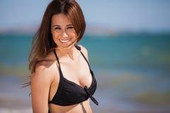 Het schitterende strandmeisje glimlachen Stock Foto
