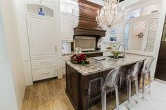 Het schitterende verbazen, luxe binnenlandse mening van het modieuze uitnodigen comfortabel keukenconcept stock afbeeldingen
