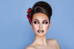 Het schitterende volwassen brunette met creatief maakt omhoog en kapsel eruit zien Stock Fotografie