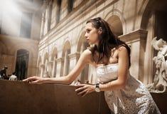 Het schitterende vrouw stellen in een glamourous binnenland Stock Foto's