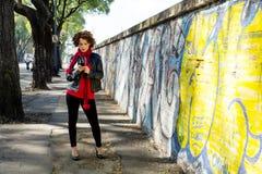 Het schitterende vrouw stellen met graffiti royalty-vrije stock afbeelding