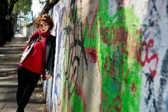 Het schitterende vrouw stellen met graffiti royalty-vrije stock afbeeldingen