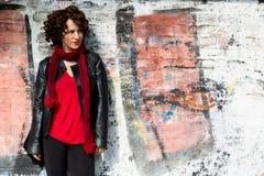 Het schitterende vrouw stellen met graffiti stock foto's