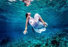 Het schitterende vrouwelijke onderwater dansen Stock Foto