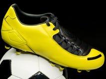 Het schoeisel van het voetbal op bal stock afbeelding