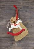 Het schommelen of houten stuk speelgoed paard - rode en witte Kerstmisdecoratie stock foto