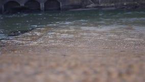 Het schone kijken rivierwater overgegaan bewegen zich stock videobeelden