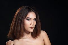 Het schone rechte bruine haar van de Huidvrouw met Vlot stelt open shoul Royalty-vrije Stock Foto's