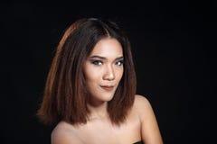 Het schone rechte bruine haar van de Huidvrouw met Vlot stelt open shoul Royalty-vrije Stock Fotografie