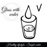 Het schone water vult het glas De vraag om zuiverder water voor gezondheid te drinken Stock Afbeelding