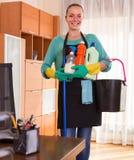 Het schonere schoonmaken in de bureau-ruimte stock afbeeldingen
