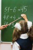 Het schoolmeisje bij een wiskundeles Royalty-vrije Stock Afbeeldingen