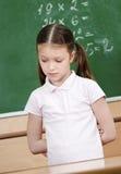 Het schoolmeisje kent niet het antwoord Stock Fotografie