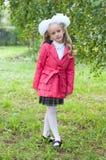 Het schoolmeisje kleedde zich in berkbos Royalty-vrije Stock Fotografie