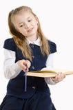 Het schoolmeisje leest het boek royalty-vrije stock fotografie