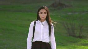 Het schoolmeisje onderzoekt camera met het bang maken van ogen Het meisje van de verschrikkingsfilm is eng stock video