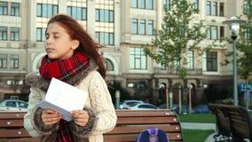 Het schoolmeisje probeert om door de kaart te navigeren stock videobeelden