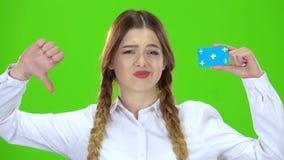 Het schoolmeisje toont neer een vinger Het groene scherm stock videobeelden