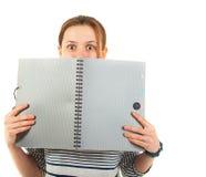 Het schoolmeisje van de tiener met handboek Stock Foto