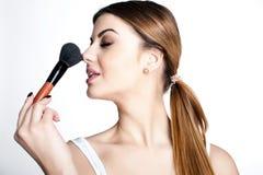 Het schoonheidsmeisje maakt omhoog kunstenaar met Make-upborstel De heldere Vakantie maakt Donkerbruine Vrouw met Bruine Ogen goe Stock Foto's