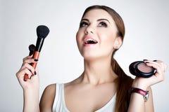 Het schoonheidsmeisje maakt omhoog kunstenaar met Make-upborstel De heldere Vakantie maakt Donkerbruine Vrouw met Bruine Ogen goe Stock Afbeeldingen