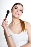 Het schoonheidsmeisje maakt omhoog kunstenaar met Make-upborstel De heldere Vakantie maakt Donkerbruine Vrouw met Bruine Ogen goe Royalty-vrije Stock Foto's