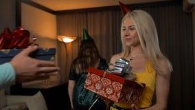 Het schoonheidsmeisje opent verjaardag krijgt giftdoos van haar vrienden stock video