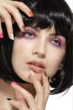 Het schoonheidsmodel hairstyled en de roze close-up van de oogschaduwwenmake-up stock foto's
