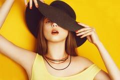 Het schoonheidsmodel met oranje beroeps kijkt toebehoren Maniervrouw met lang, recht haar De tendens maakt omhoog Oranje Achtergr stock afbeeldingen