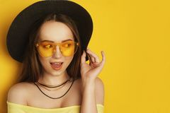 Het schoonheidsmodel met oranje beroeps ziet, toebehoren eruit Maniervrouw met Lang Haar De tendens maakt omhoog Oranje Achtergro stock fotografie