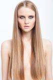 Het schoonheidsportret van blond meisje met rokerige ogen maakt omhoog en snakt h Stock Foto