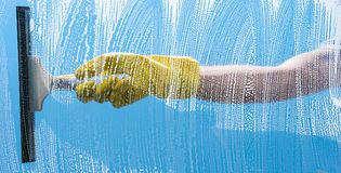 Het schoonmaken concept - het venster van de Jonge Mensenwas royalty-vrije stock afbeeldingen