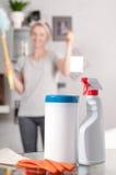 Het schoonmaken concept Vrouwenhuishoudster het schoonmaken in ruimte royalty-vrije stock foto's
