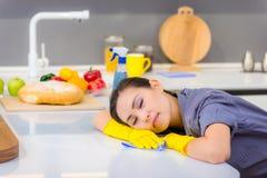 Het schoonmaken in de keuken royalty-vrije stock afbeelding