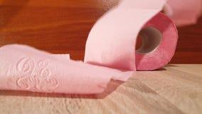 Het schoonmaken en hygiëne Broodje van toiletpapier Roze toiletpapier stock videobeelden