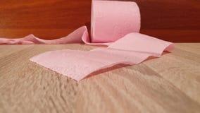 Het schoonmaken en hygiëne Broodje van toiletpapier Roze toiletpapier stock footage