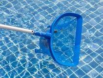 Het schoonmaken en onderhouds zwembad met het schoonmaken netto, blauw s royalty-vrije stock afbeeldingen
