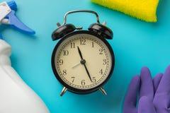 Het schoonmaken tijd met schoonmaakmiddelen en hulpmiddelen stock afbeelding