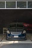 Het schoonmaken van de auto stock foto