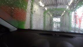 Het schoonmaken van de auto in de autowasserette stock video