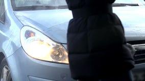 Het schoonmaken van de auto met hoge drukspurt van water stock videobeelden