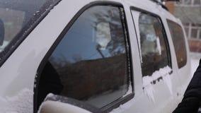 Het schoonmaken van de autoramen van de sneeuw stock videobeelden