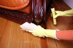 Het schoonmaken van de bank. Stock Foto's