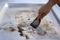 Het schoonmaken van de barbecueplaat stock afbeeldingen