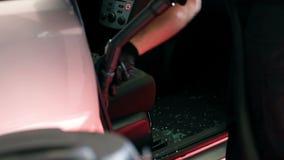 Het schoonmaken van de binnenkant van een auto stock footage